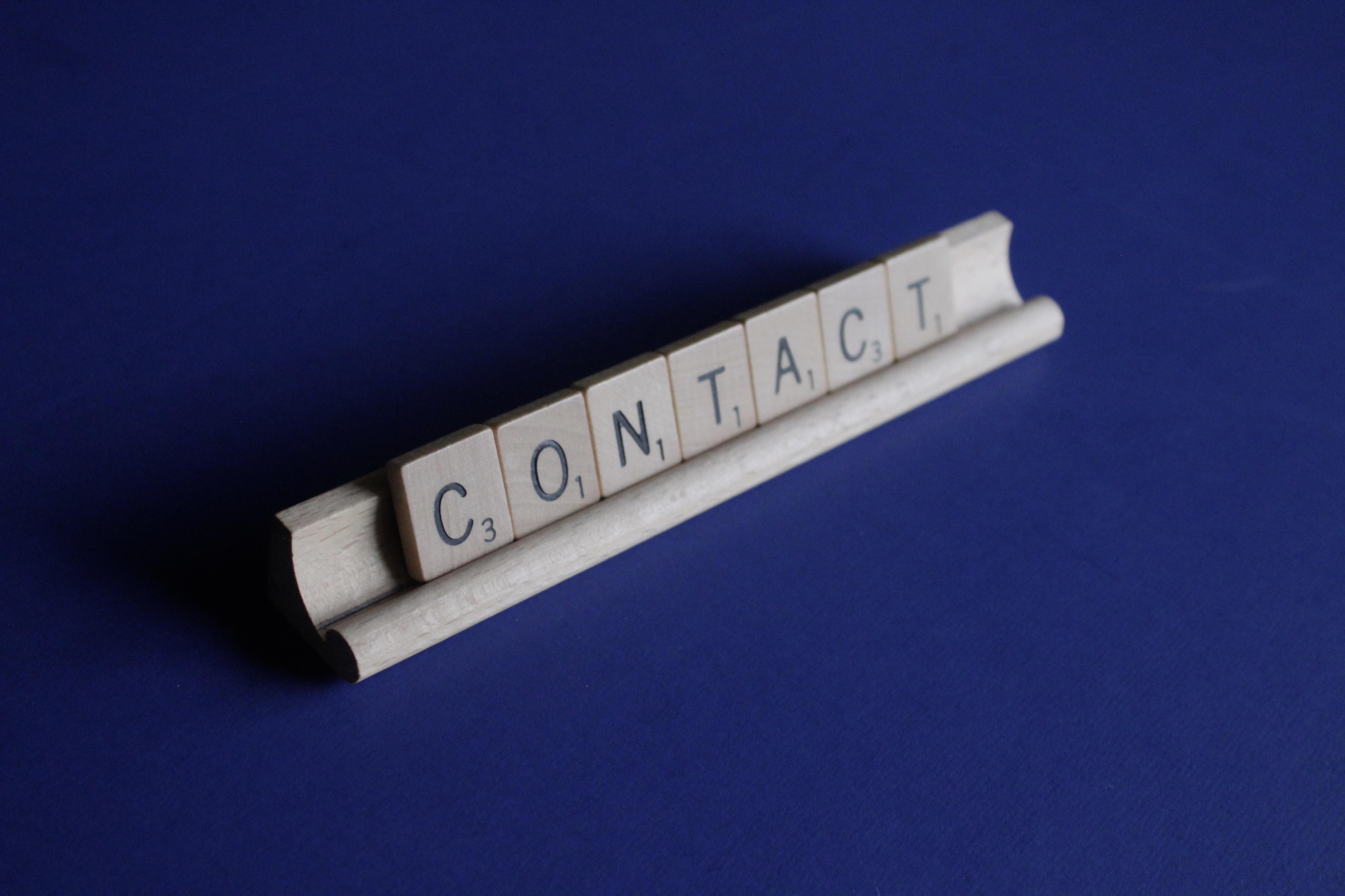 contact-teksti scrabblie-pelin kirjaimilla
